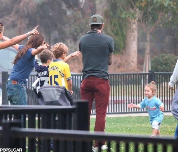 """Công chúa nhà Beckham diện """"quần đùi, áo phông"""" đá bóng như bố 2"""