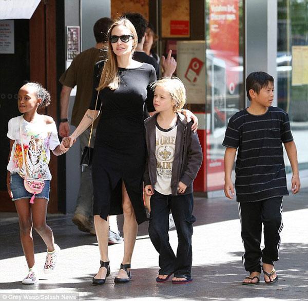 Angelina Jolie 'thả rông' xuống phố khoe ngực đầy khó tin 8