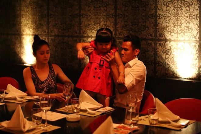 Phan Thanh Bình đưa vợ đẹp, con xinh đi chơi khuya 12