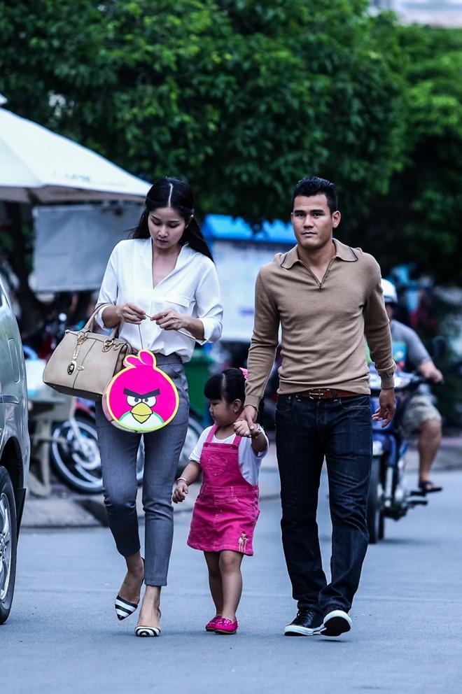 Con gái Phan Thanh Bình tinh nghịch khi được bố mẹ đưa đi mua sắm 2
