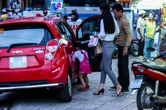 Con gái Phan Thanh Bình tinh nghịch khi được bố mẹ đưa đi mua sắm 15