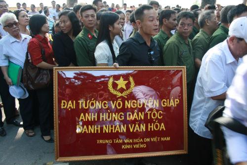 Hàng vạn người đổ về viếng Đại tướng Võ Nguyên Giáp 2