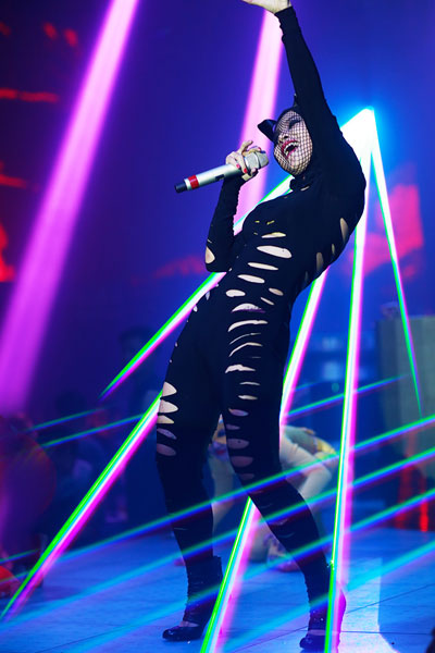 Chồng Tây của Mai Khôi hát rap trong liveshow của vợ 4