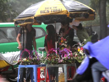 Đội mưa, vượt lũ, mua hoa cho người thương 14
