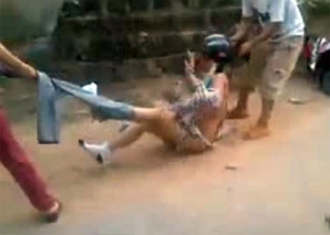 Một cô gái bị lột hết quần áo, quay clip giữa đường 1