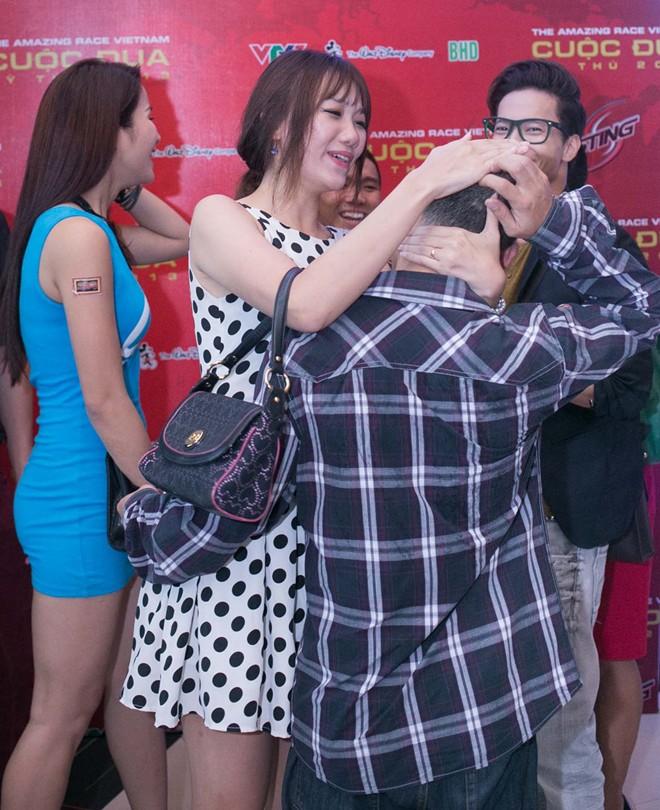 Tiến Đạt bị bạn gái Hàn 'vặn cổ' vì mải ngắm chân dài 1