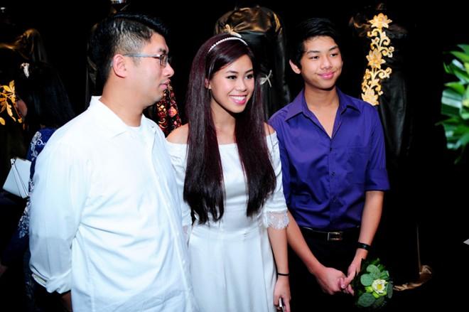 Em chồng xinh đẹp của Hà Tăng theo bố mẹ đi tiệc 3