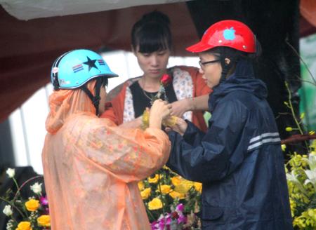 Đội mưa, vượt lũ, mua hoa cho người thương 4