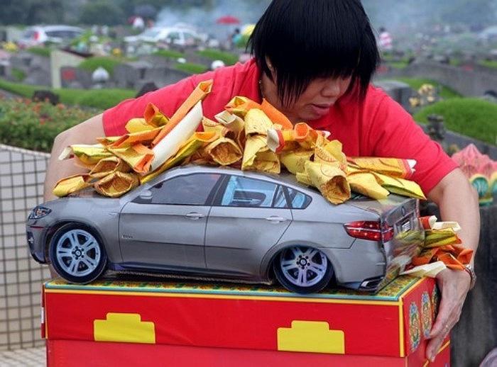 Đổ tiền mua iPhone, vàng thỏi, siêu xe đốt Tết Thanh minh 14