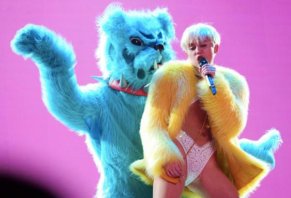 Miley Cyrus hở hang quá đà biểu diễn dung tục trong concert 12