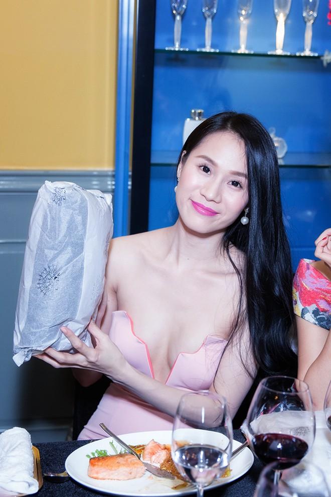 Minh Hằng váy hở táo bạo đi dự tiệc cuối năm của Lý Nhã Kỳ 6