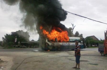 Kinh hãi xe khách giường nằm bốc cháy, QL1A tắc nghẽn nghiêm trọng 4