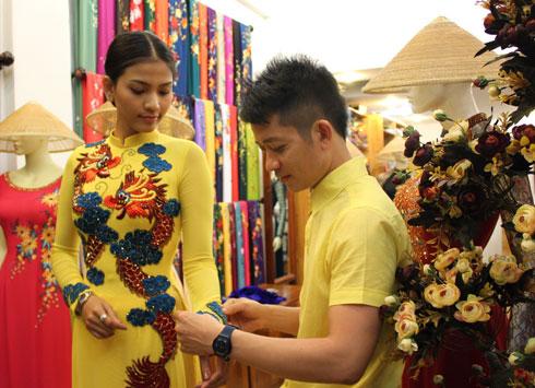 Trương Thị May chọn trang phục đến Miss Universe 2
