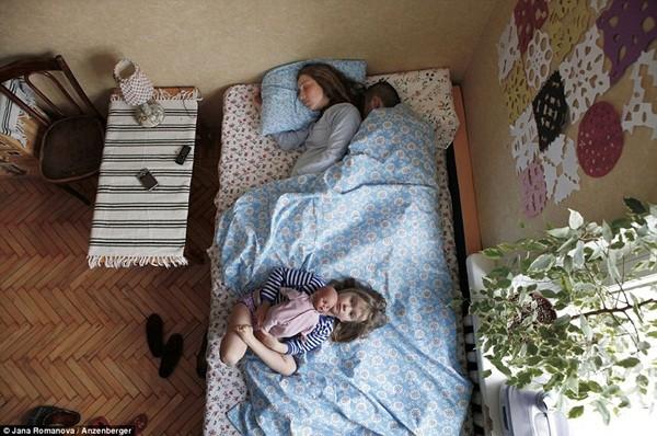 """Chùm ảnh """"cực thật"""" về tư thế ngủ của các gia đình đang có bà bầu 3"""