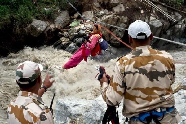 Thi thể nạn nhân chất chồng vì mưa lũ Ấn Độ 8
