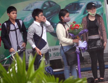 Đội mưa, vượt lũ, mua hoa cho người thương 12