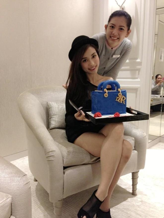 Trấn Thành đãi tiệc sinh nhật cùng lúc cho mẹ và bạn gái 7