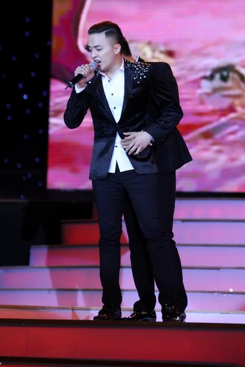 Cao Thái Sơn khiến khán giả 'nổi da gà' khi chụm đầu ôm eo 'bạn trai' trên sân khấu 4