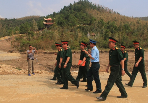Dân Quảng Bình về thắp hương trên mộ tướng Giáp 9