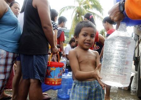 Hàng ngàn trẻ em vùng bão Philippines đổ ra đường xin ăn trong đói khát 8