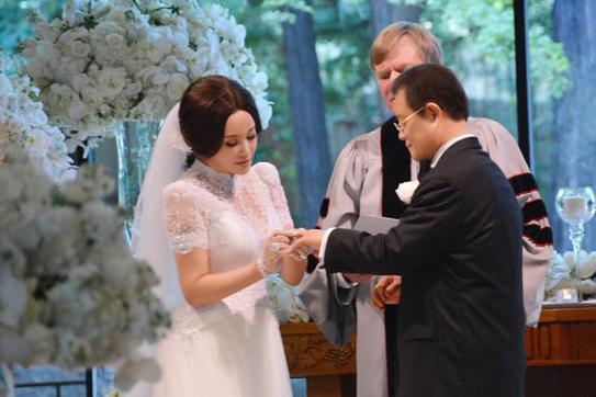 63 tuổi, Lưu Hiểu Khánh kết hôn lần thứ 4 với đại gia 71 tuổi 3