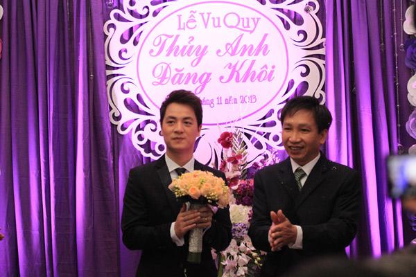 Vợ Đăng Khôi bất ngờ hôn má chồng trong đám cưới 15