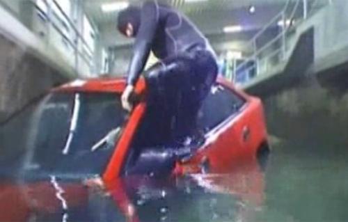 Cách thoát khỏi ô tô khi xe lao xuống nước 2