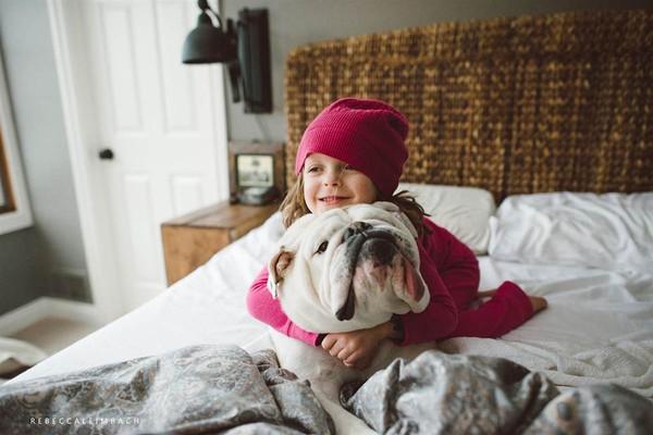 Tình bạn cực đáng yêu giữa cô bé 4 tuổi và chó cưng 9