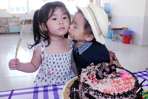 Con trai Lý Hải đòi hôn bạn gái cùng lớp trong sinh nhật 2 tuổi 3