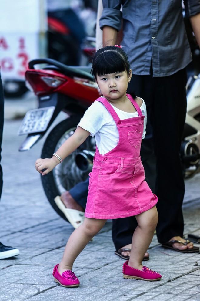 Con gái Phan Thanh Bình tinh nghịch khi được bố mẹ đưa đi mua sắm 7