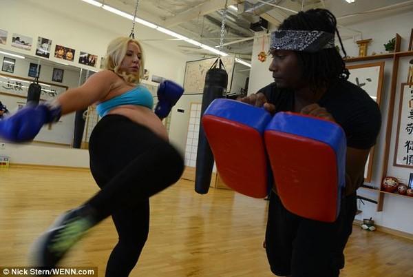 Bà bầu 8 tháng vẫn tập boxing điêu luyện 3