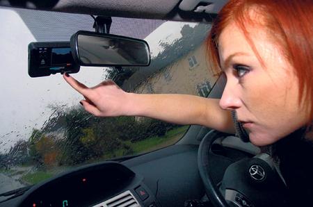 Sốc với cảnh quái xế vừa lái xe vừa xem... phim người lớn 1