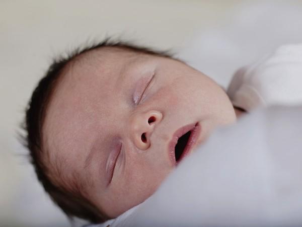 Mách mẹ vài bí quyết giúp bé sơ sinh không bị bẹt đầu 2