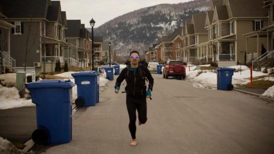 Chàng trai chạy bộ 19.000 km xuyên quốc gia bằng đôi chân trần 1