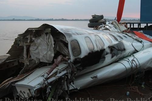Lào đã trục vớt được thân máy bay từ sông Mekong 6