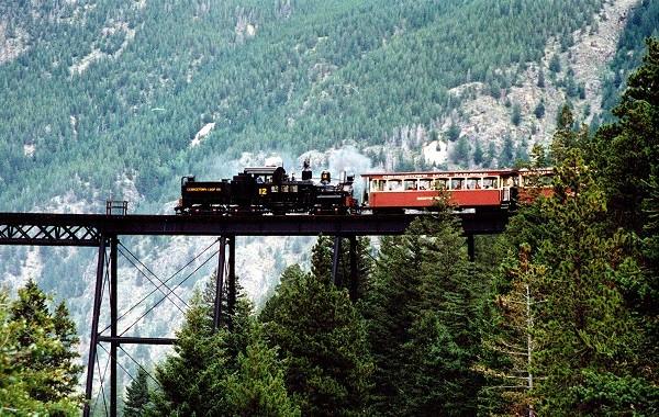 """Các tuyến đường sắt đẹp """"hiểm trở đến thót tim"""" trên thế giới 9"""