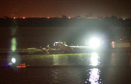 Bệnh viện Bạch Mai thuê 20 thợ lặn mò tìm thi thể chị Huyền 1