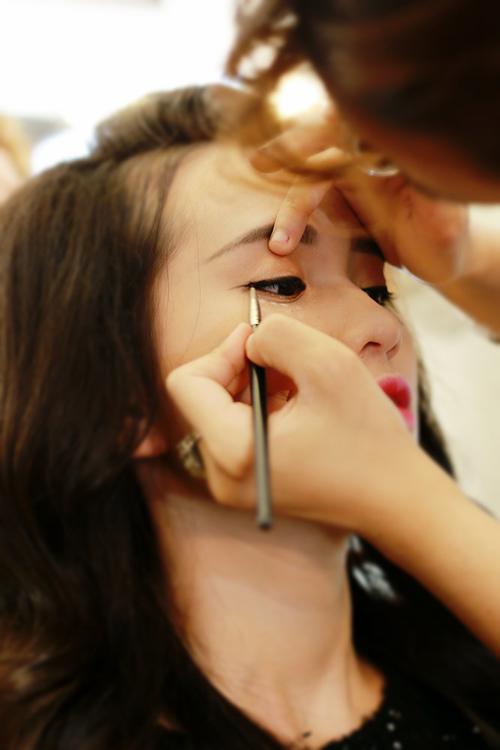 Make up che mụn với lớp nền mỏng mịn 6