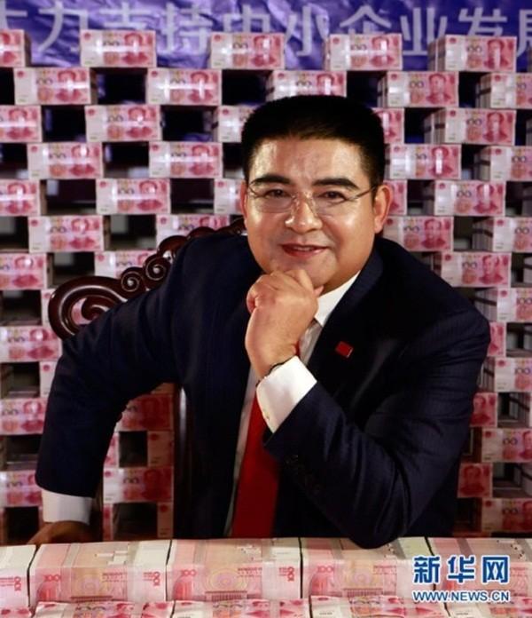 """Đại gia Trung Quốc gây sốc khi ngồi giữa """"núi"""" tiền 4"""