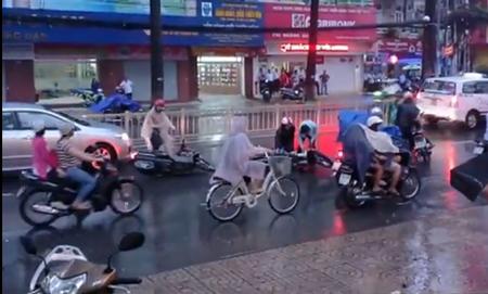 Hoảng hốt với clip té xe hàng loạt trên đường phố Sài Gòn 4