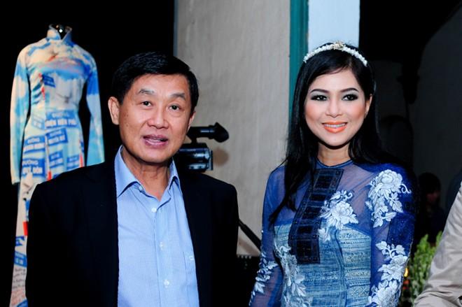 Em chồng xinh đẹp của Hà Tăng theo bố mẹ đi tiệc 5