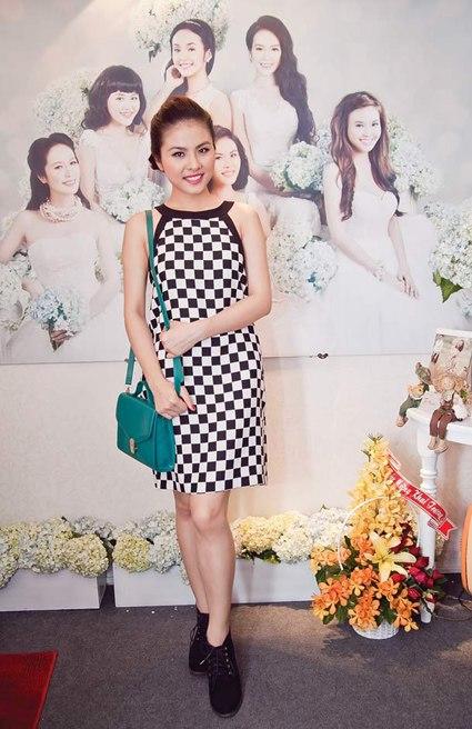 Sao Việt đua nhau diện váy ô bàn cờ 7