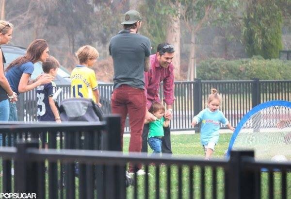 """Công chúa nhà Beckham diện """"quần đùi, áo phông"""" đá bóng như bố 4"""