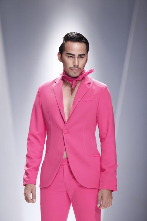 Giật mình mẫu nam Việt mặc vest không quần, diện váy hồng xuyên thấu 13