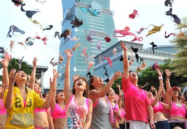 Nam thanh nữ tú tự tin mặc áo lót hồng chạy bộ trên đường 3