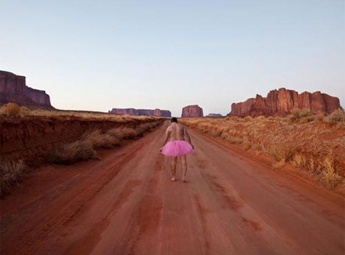 Chồng mặc váy hồng ủng hộ vợ chữa ung thư 2