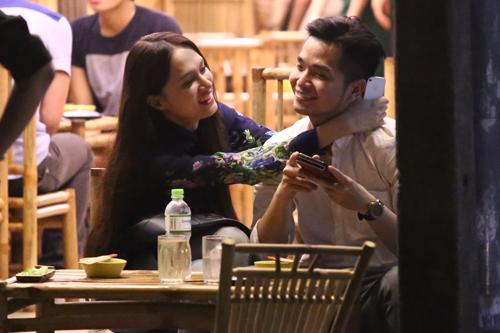 Hương Giang Idol và bạn trai đút cho nhau ăn ở quán vỉa hè 6