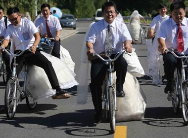 Độc đáo 16 cặp đôi tổ chức đón dâu bằng xe đạp 1