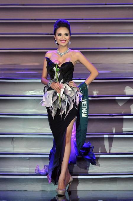 Những sự cố đáng tiếc của các người đẹp Việt trên đấu trường quốc tế 7