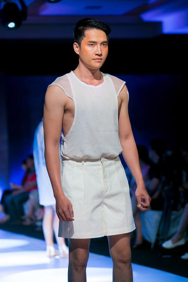 Phát hoảng với mẫu nam mặc váy ren xuyên thấu lộ nội y phản cảm 15